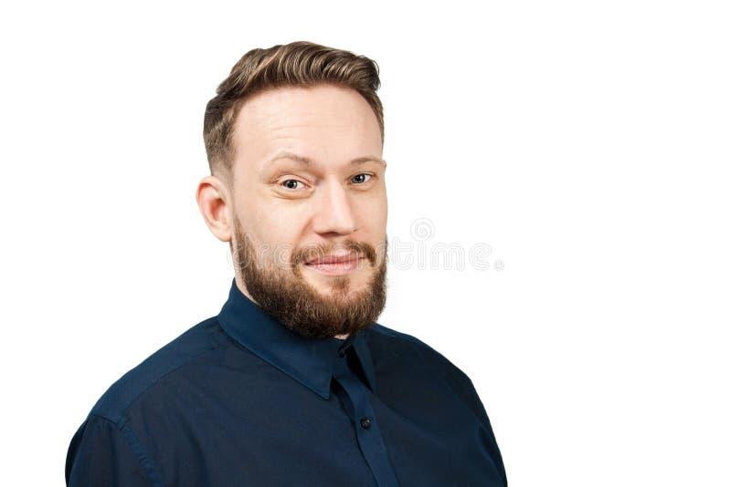 在白色背景隔绝的英俊的成人人画象  有胡子微笑的白种人人 ?? 免版税库存图片