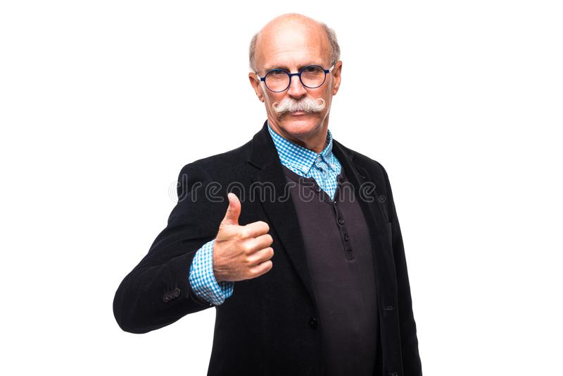 在白色背景隔绝的英俊的资深老人资深赞许 免版税库存图片