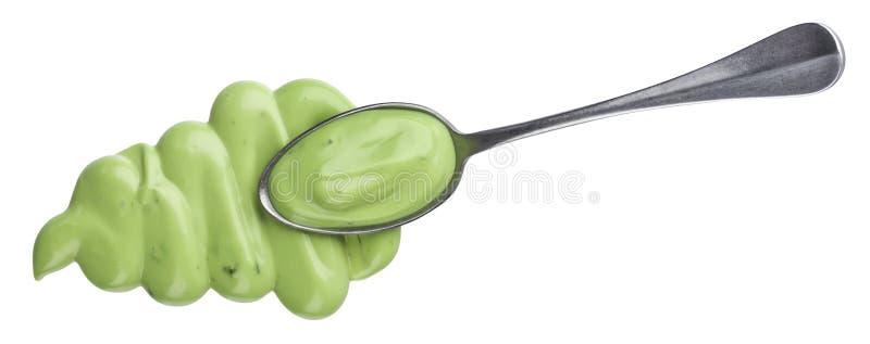 在白色背景隔绝的蒜酱油,顶视图,绿色蛋黄酱调味汁匙子  免版税库存图片