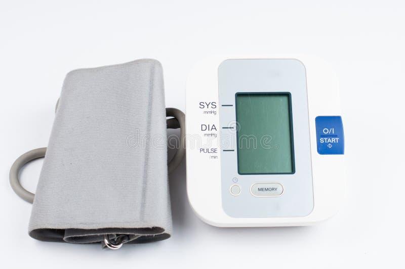 在白色背景隔绝的血压显示器 r r 库存照片