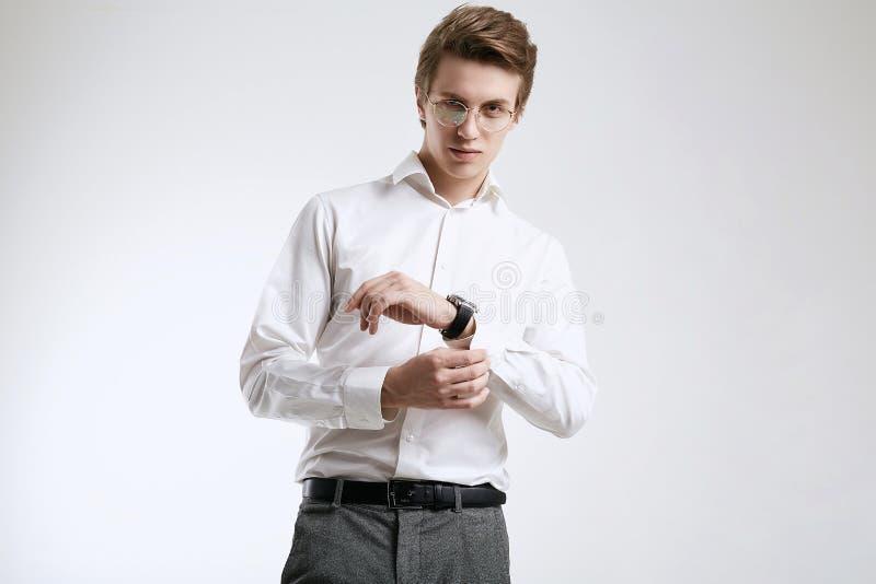 在白色背景隔绝的衬衣的确信的年轻英俊的商人 免版税库存照片