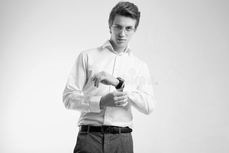 在白色背景隔绝的衬衣的确信的年轻英俊的商人 库存照片