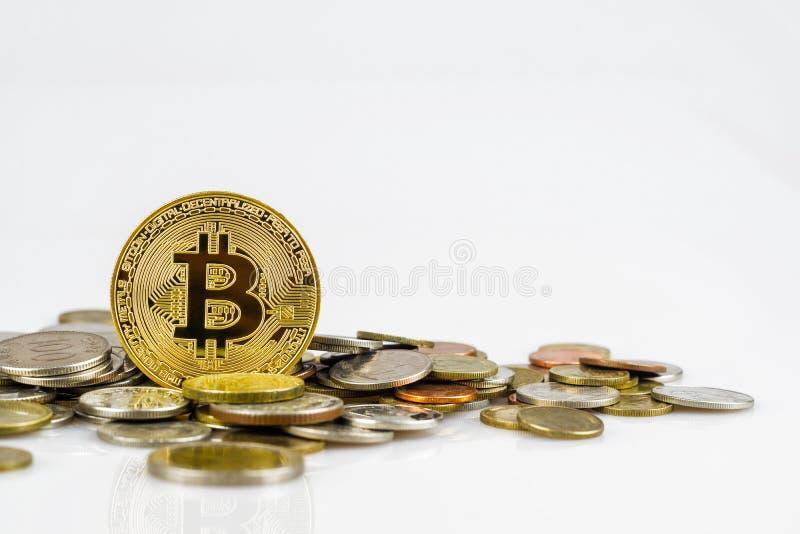 在白色背景隔绝的许多国际金钱硬币的金黄bitcoin 隐藏货币概念 Bitcoin cryptocurrency 免版税库存照片