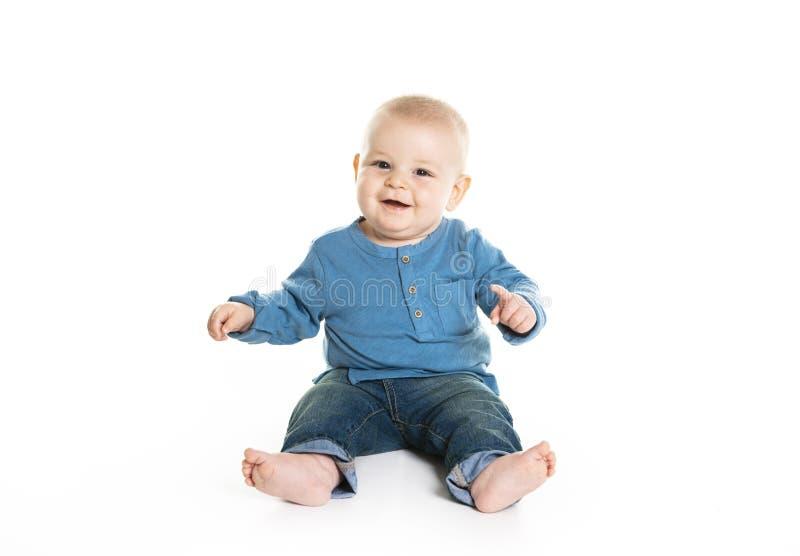 在白色背景隔绝的逗人喜爱的快乐的爬行的男婴 库存图片