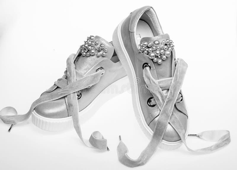在白色背景隔绝的逗人喜爱的鞋子 用珍珠和妇女的鞋类装饰的女孩成串珠状 对淡粉红 免版税库存照片