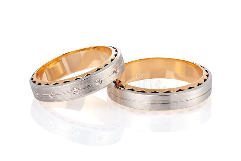 在白色背景隔绝的配对两口气金结婚戒指与表面无光泽的表面和金刚石 免版税库存图片