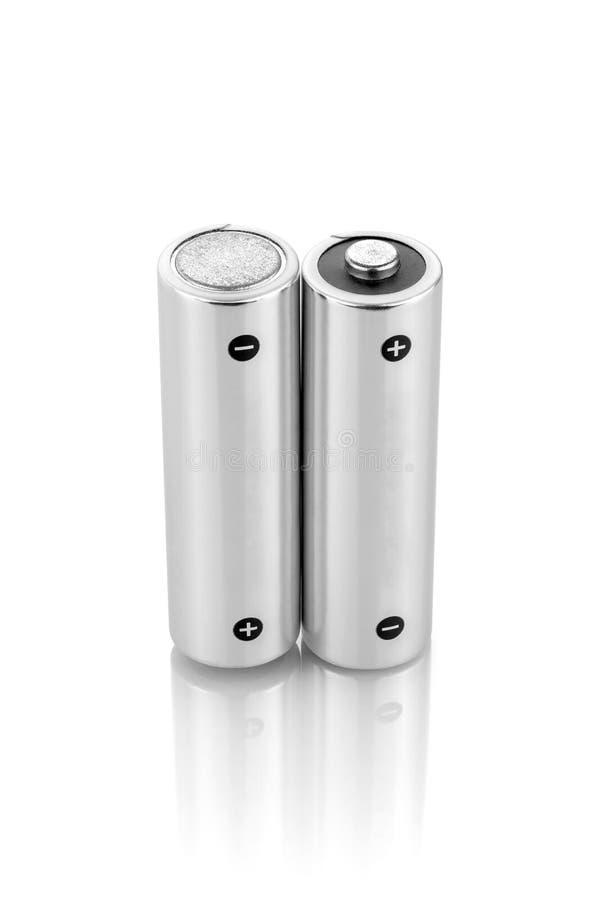 在白色背景隔绝的金属碱性电池AA大小 库存图片