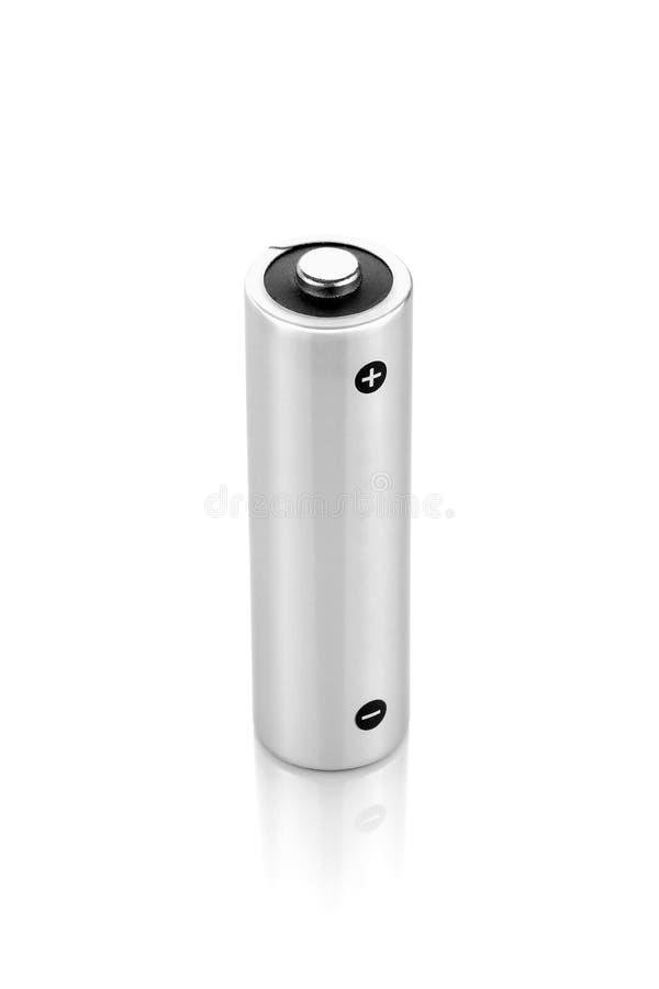 在白色背景隔绝的金属碱性电池AA大小 免版税库存照片