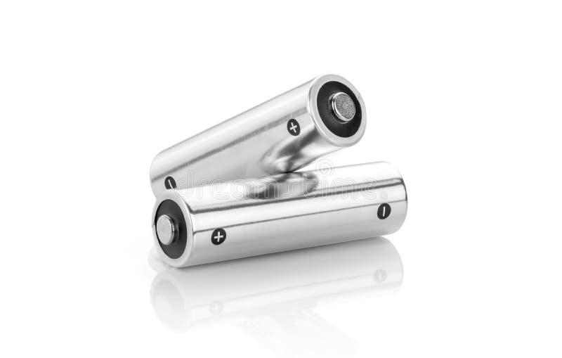 在白色背景隔绝的金属碱性电池AA大小 库存照片
