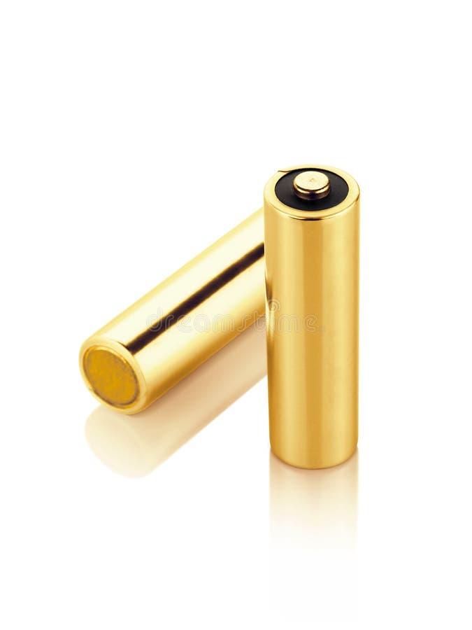 在白色背景隔绝的金属金碱性电池AA大小 图库摄影