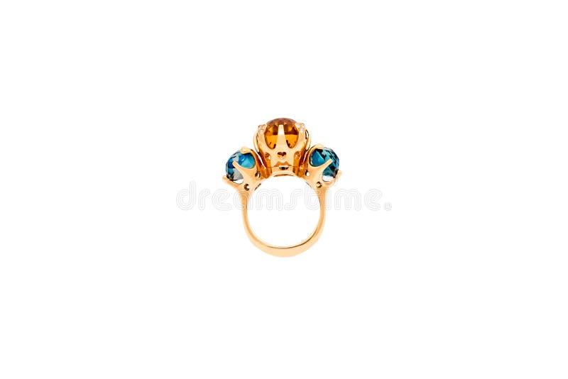 在白色背景隔绝的金黄钻戒 与金刚石和珍贵的颜色宝石的圆环 豪华首饰 免版税库存图片