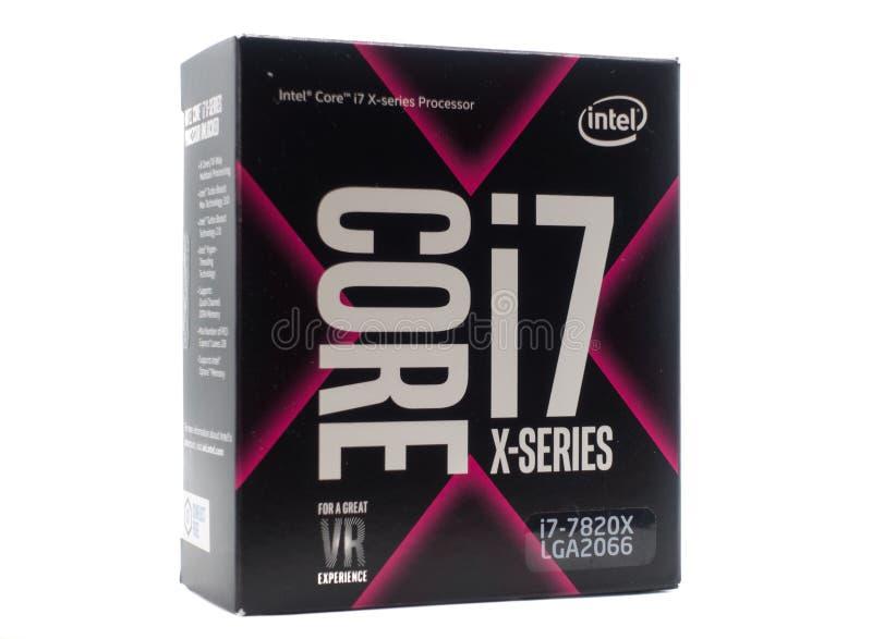 在白色背景隔绝的零售箱子的核心I7英特尔处理器 免版税图库摄影
