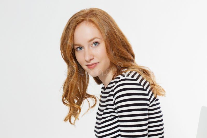 在白色背景隔绝的面孔的愉快的妇女关闭 有卷发的红色头发女孩 皮肤护理和牙关心 r 库存照片