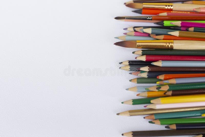 在白色背景隔绝的颜色铅笔,拷贝空间 库存照片