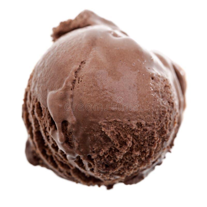 在白色背景隔绝的黑暗的巧克力冰淇淋瓢-顶视图 免版税库存照片