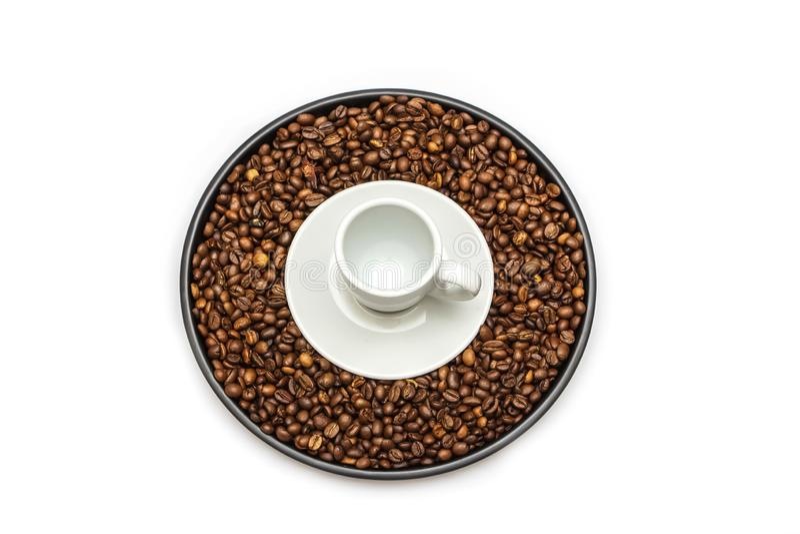在白色背景隔绝的黑盘 黑盘大模型在白色背景的 在视图之上 烤咖啡豆isol 库存图片