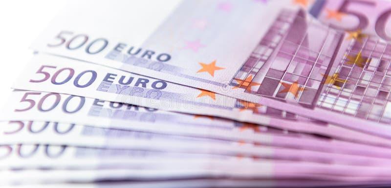 在白色背景隔绝的500张欧元金钱钞票 免版税库存照片