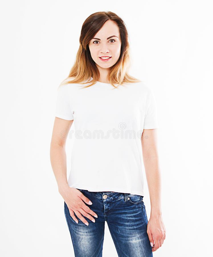 在白色背景隔绝的T恤杉的俏丽的妇女 嘲笑为设计 复制空间 模板 空白的 库存照片