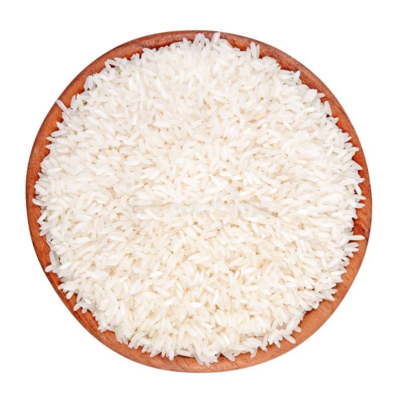 在一个木碗的未煮过的米在白色背景 免版税库存图片