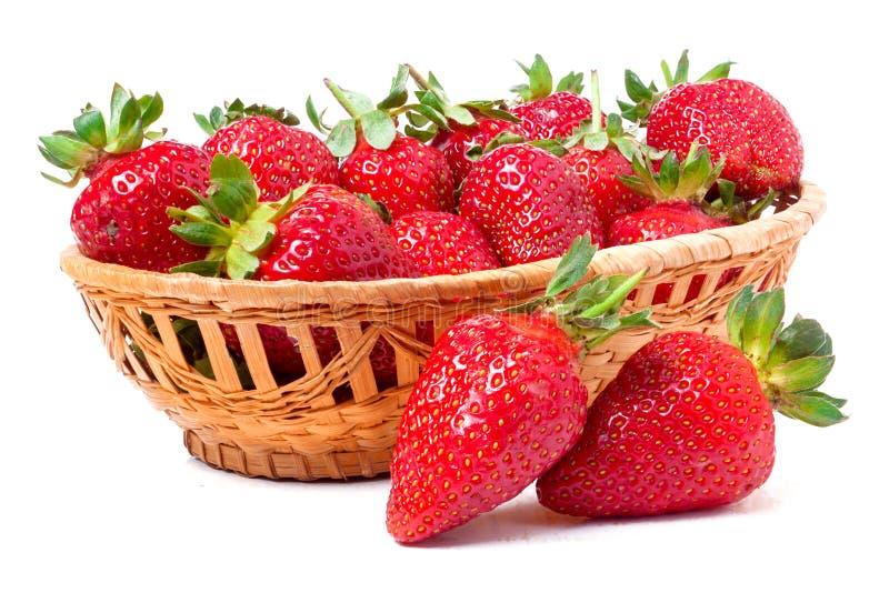 Download 在白色背景隔绝的一个柳条筐的草莓 库存图片. 图片 包括有 问题的, 本质, 自然, 可口, 生气勃勃, 颜色 - 72362815