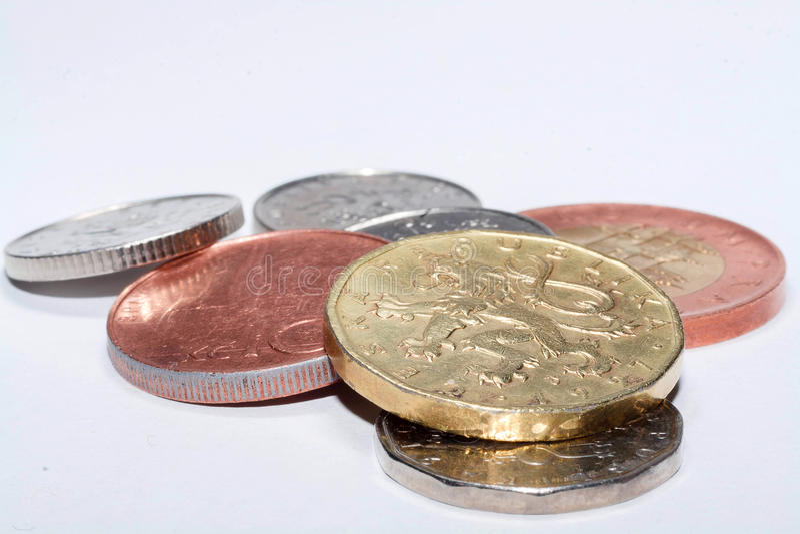 在白色背景隔绝的不同的衡量单位捷克硬币 许多捷克硬币 硬币宏观照片  各种各样的捷克 免版税库存图片