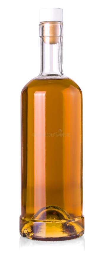 在白色背景隔绝的充分的威士忌酒瓶 免版税库存图片
