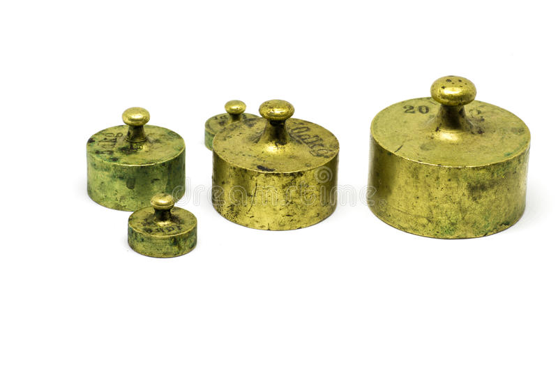 在白色背景隔绝的古色古香的黄铜定标重量 免版税库存图片