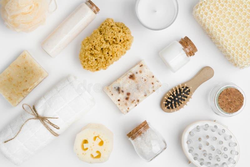 在白色背景隔绝的各种各样的温泉和秀丽threatment产品 库存照片