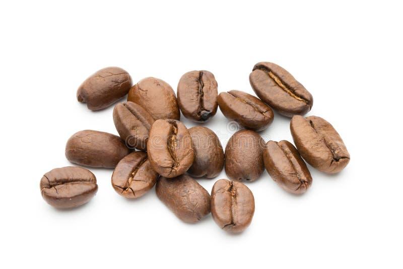在白色背景隔绝的咖啡豆,特写镜头,宏指令 免版税库存照片