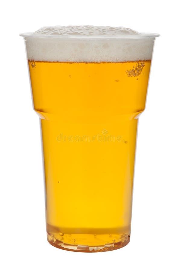 在白色背景隔绝的塑料杯子的啤酒 免版税库存图片