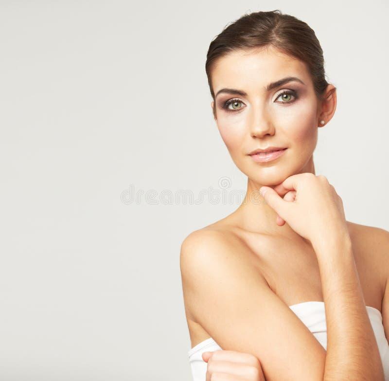 在白色背景隔绝的少妇的秀丽面孔。 免版税库存照片
