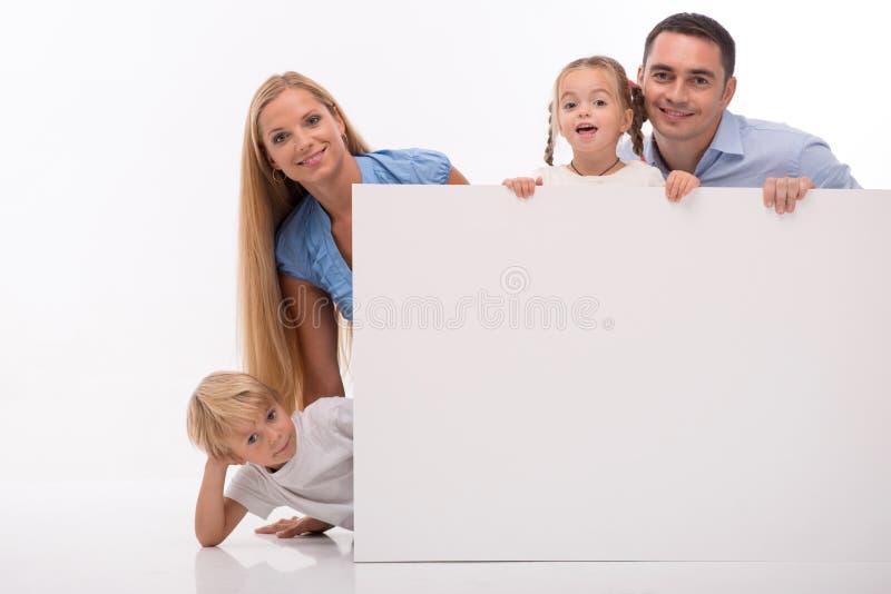 在白色背景隔绝的愉快的家庭 免版税库存照片