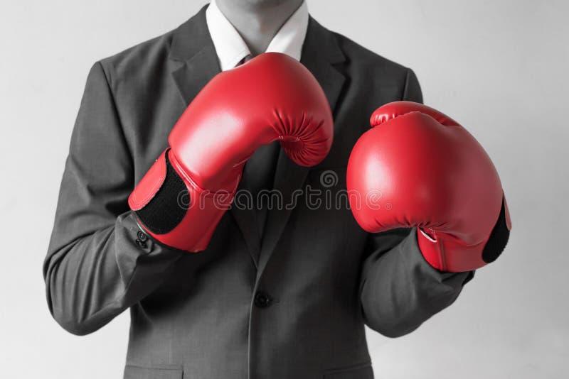 在白色背景隔绝的拳击手套的商人(Selec 免版税图库摄影
