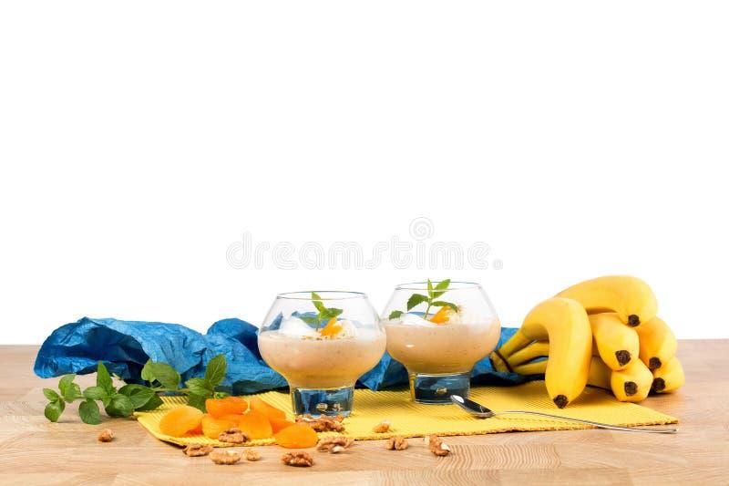 在白色背景隔绝的新鲜的香蕉奶昔 香蕉堆 鸡尾酒查出的夏天补剂白色 甜果汁饮料 复制空间 免版税库存照片