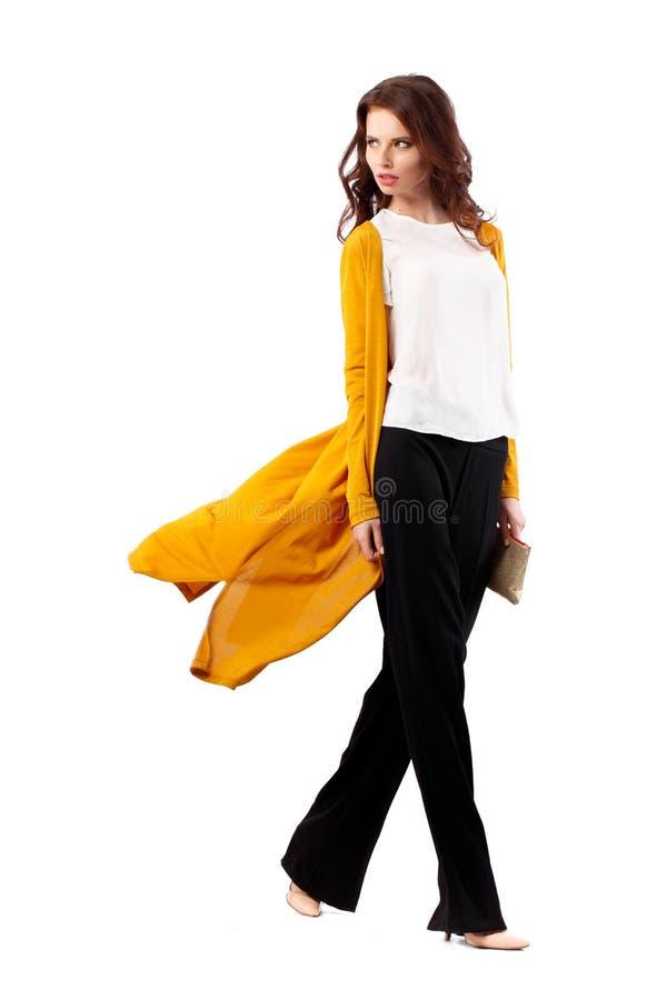 在白色背景隔绝的时装模特儿女孩全长画象 摆在秀丽时髦的深色的妇女  免版税图库摄影