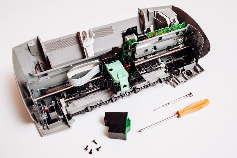 在白色背景隔绝的残破的喷墨打印机 图库摄影