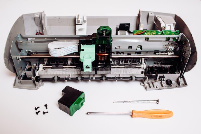 在白色背景隔绝的残破的喷墨打印机 免版税库存照片