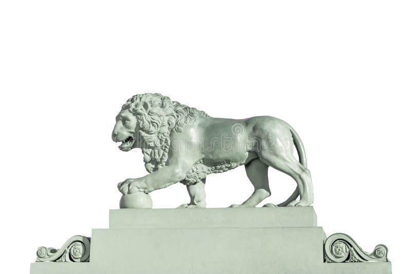 在白色背景隔绝的狮子的雕塑 免版税库存照片