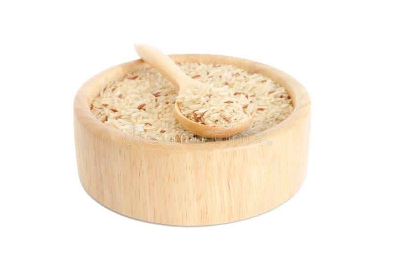 在白色背景隔绝的碗的未煮过的米 免版税库存照片