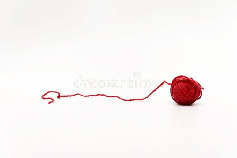 在白色背景隔绝的红色一束毛纱 免版税图库摄影