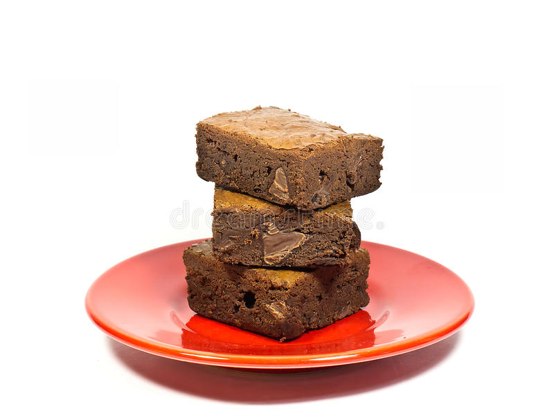 在红色盘的果仁巧克力蛋糕 库存照片