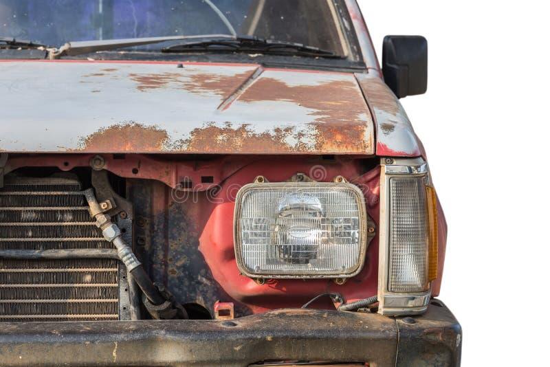 在白色背景隔绝的老生锈的汽车前面  库存图片