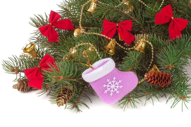 在白色背景隔绝的装饰的圣诞节冷杉分支 库存照片