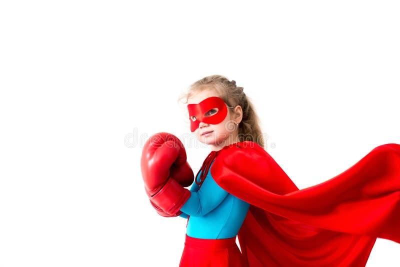 在白色背景隔绝的超级英雄孩子佩带的拳击手套 免版税图库摄影
