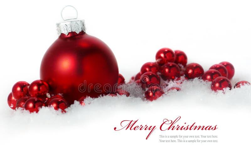 在白色背景隔绝的雪的红色圣诞节球, sampl 免版税库存照片