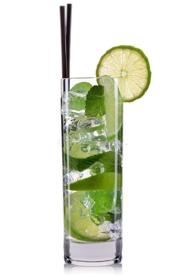在白色背景隔绝的高玻璃杯的Mojito鸡尾酒 免版税库存图片