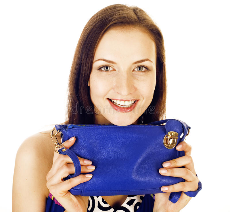 在白色背景隔绝的年轻人相当长的头发妇女愉快微笑,佩带的逗人喜爱的微小的时尚提包,生活方式 免版税库存照片
