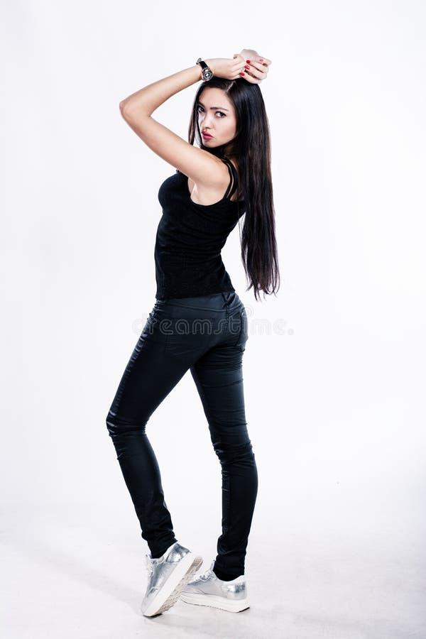 在白色背景隔绝的黑衣裳的俏丽的女孩 免版税库存照片