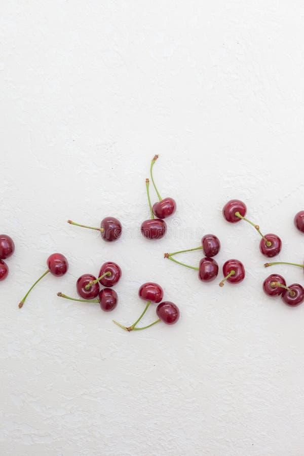 在白色背景驱散的成熟樱桃 图库摄影
