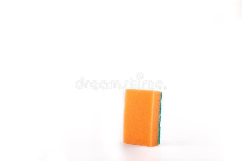 在白色背景,特写镜头的橙色和绿色厨房海绵 免版税图库摄影